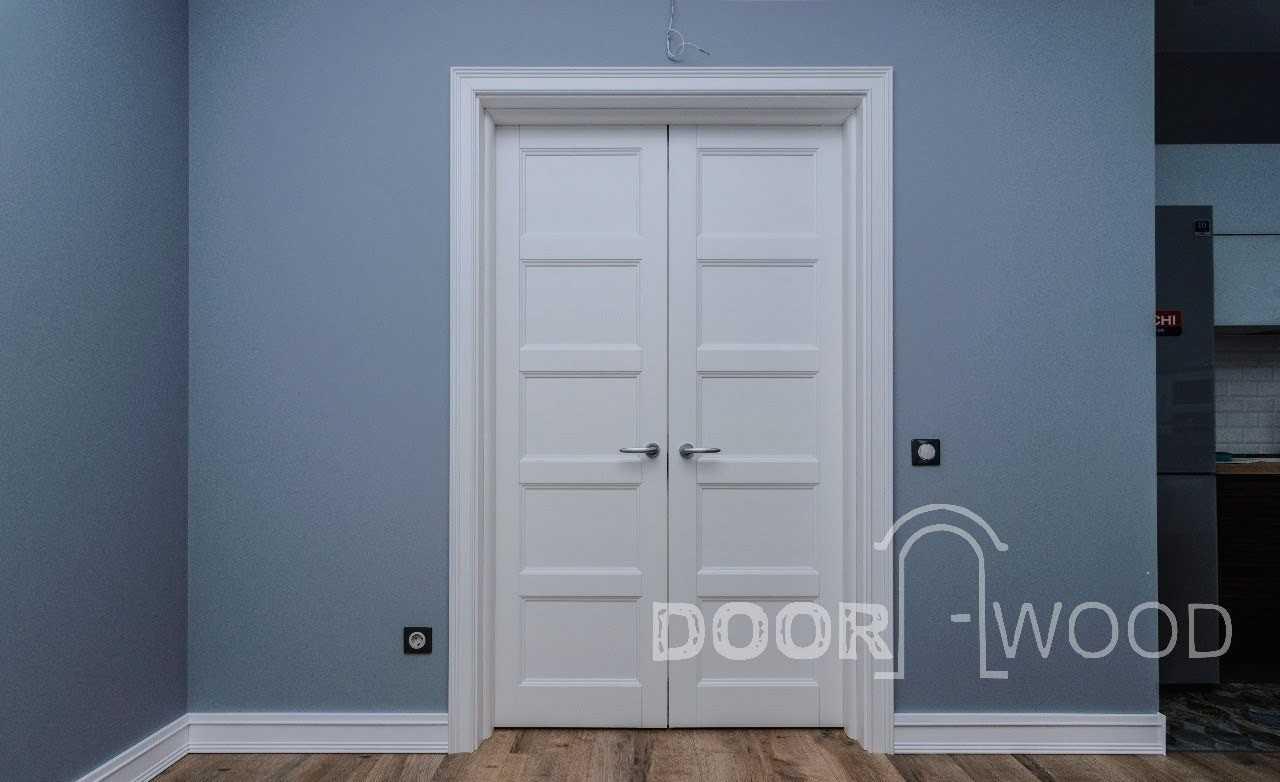 Классическая белая дверь из массива ясеня
