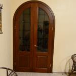 Деревянные арочные двери с витражами