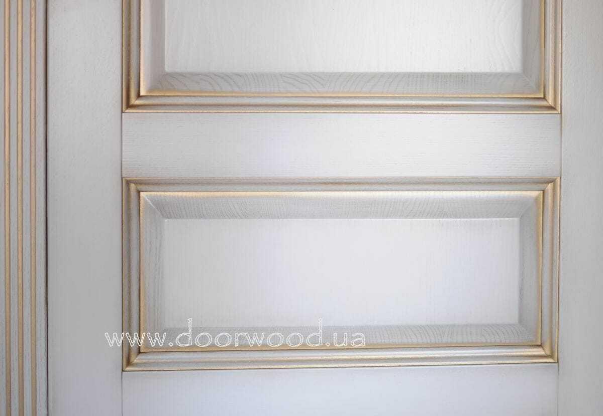 Двери изготовлены из ясеня и патинирование
