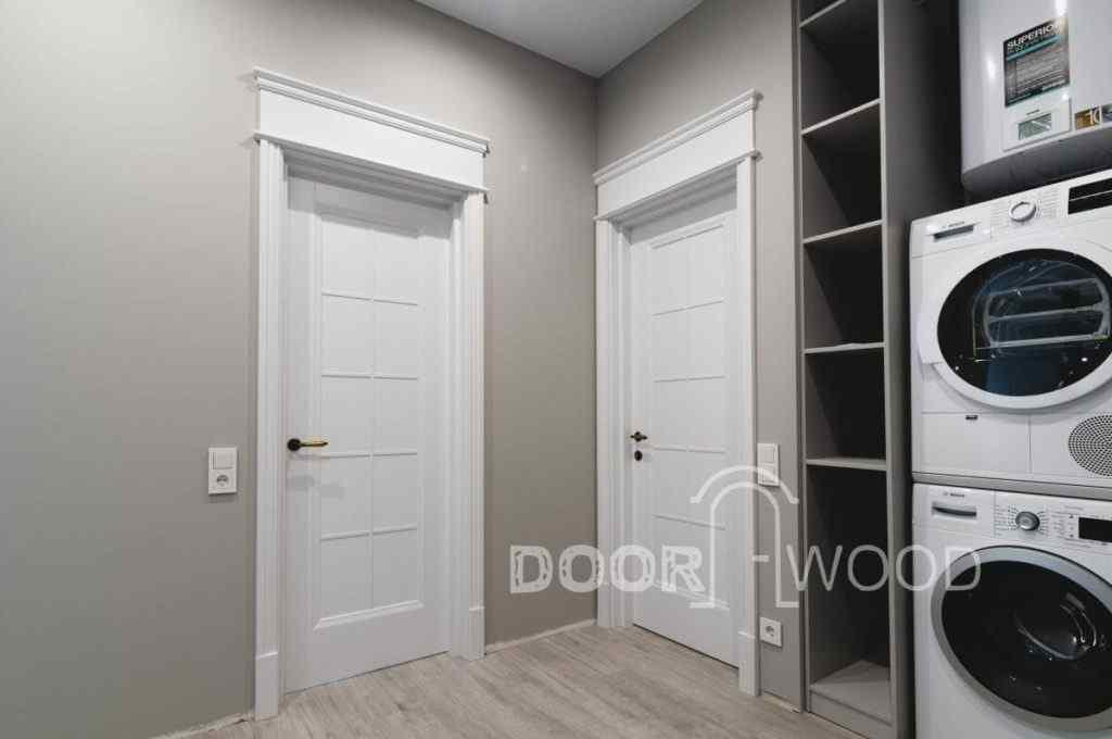 Дверь с фигурным наличником и порталом