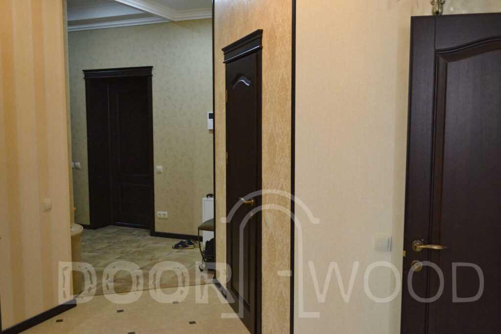 Деревянные межкомнатные двери с карнизом