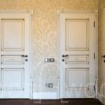 Двери деревянные с обкладкой и патиной