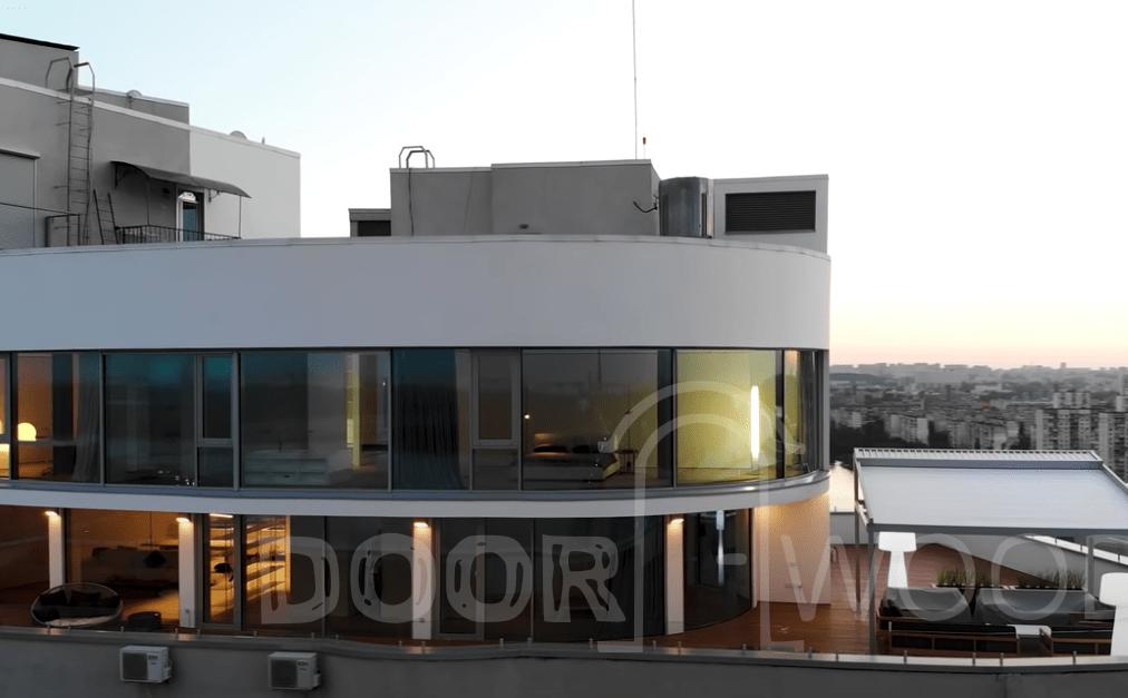 Пентхаус с панорамными радиусными окнами
